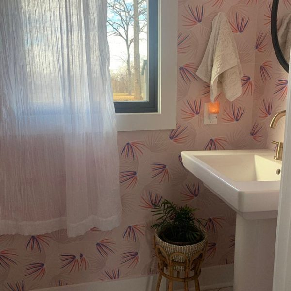 Beige floral wallpaper in the bathroom